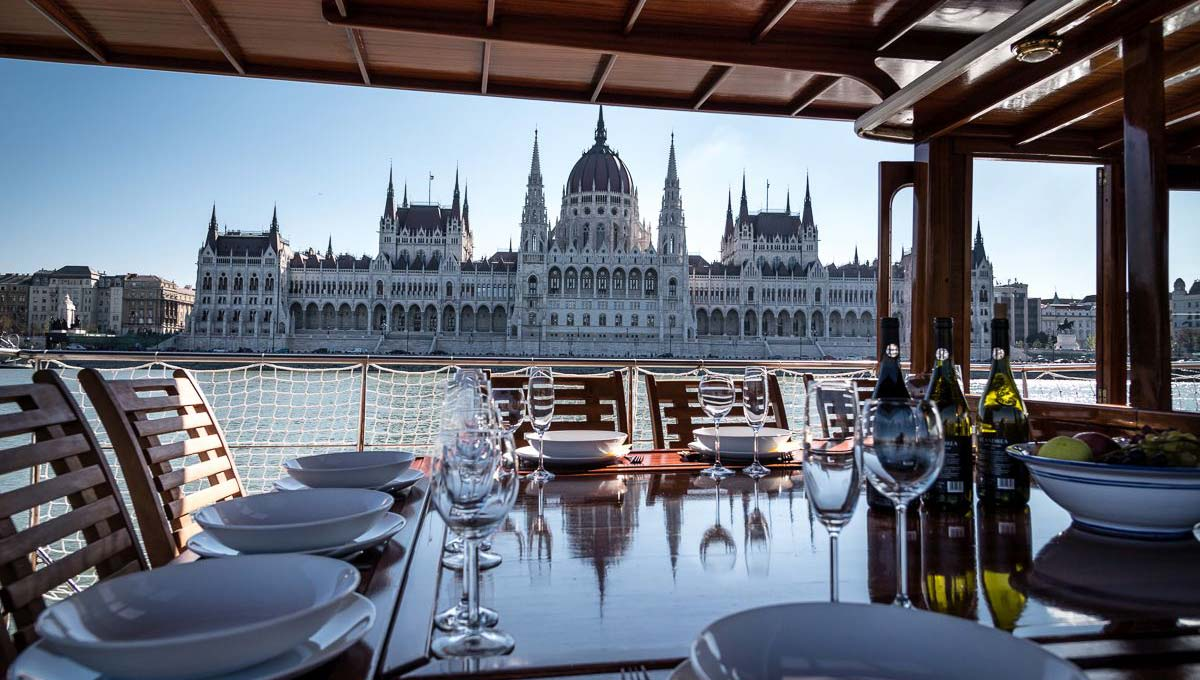 Sightseeing while dining on Thetis charter yacht
